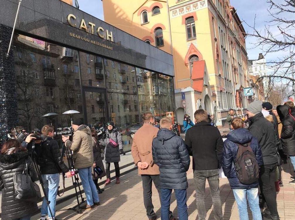 Студенти виступали проти Володимира Зеленського біля ресторану Catch?